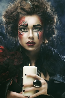 創造的なメイクアップを持つ若い女性。ハロウィーンのテーマ。