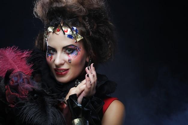 Портрет женщины с художественным макияжем в синий дым