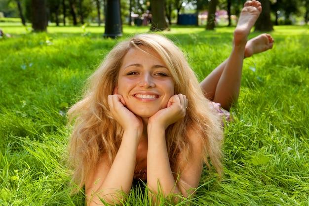 草の上の若い笑顔の女性
