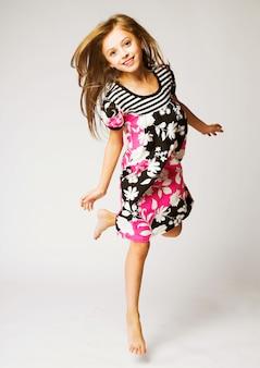 少女の喜びのジャンプ