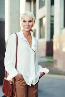 通りを歩いて若い女性