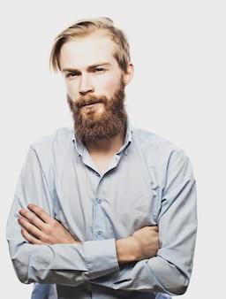 Молодой бородатый человек
