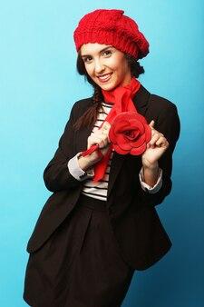 赤いベレー帽で美しい少女。フレンチスタイル。