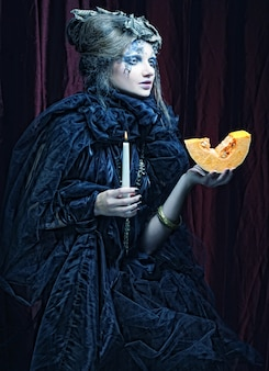 キャンドルを持つ女性のゴシック様式の肖像画。