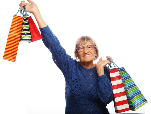 買い物袋と幸せの年配の女性