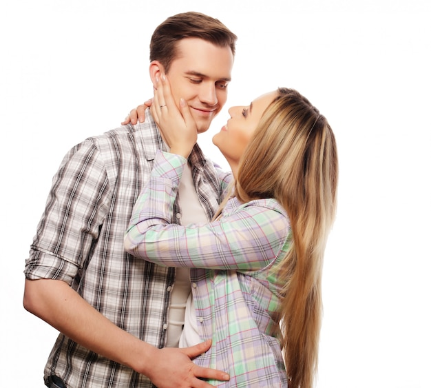 Прекрасная счастливая пара обниматься