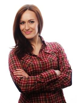 シャツの若いブルネットの女性
