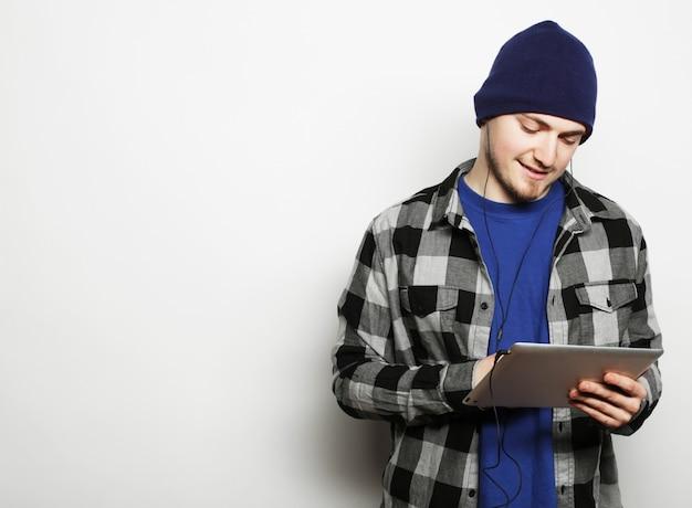 デジタルタブレットに取り組んでいるハンサムな若い男