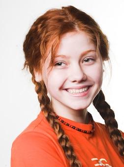 長いひもと素敵な赤毛の女の子の写真