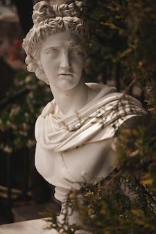 ギリシャの庭の像