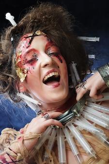 Молодая женщина с творческим макияж.