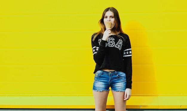 Молодая хипстерская девушка с мороженым