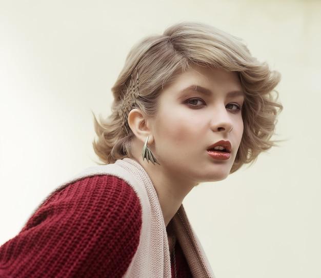 屋外の若い美しい女性。