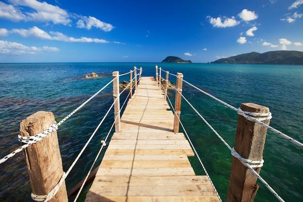 木製の橋の夏。
