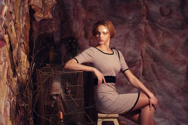 スツールに座っているファッションモデル