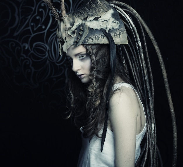 Красивая женская модель с готическим нарядом
