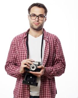 レトロなカメラを持つ若い男