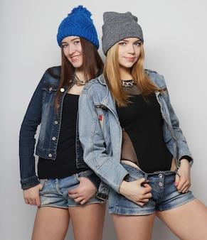 Два хипстерских друга молодой девушки, стоящие вместе
