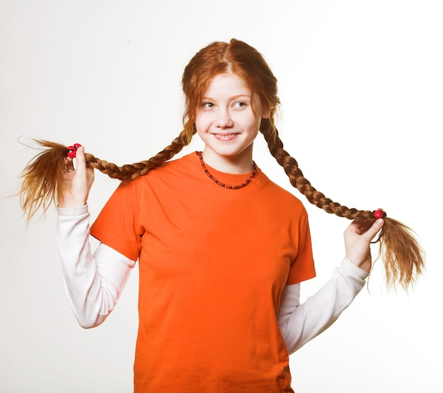 長い三つ編みで素敵な赤毛の女の子の写真