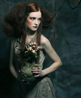 乾燥したバラで美しい少女