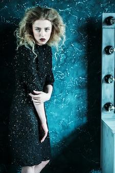 黒のドレスで金髪の女性