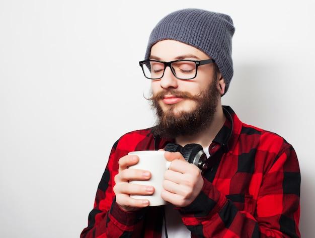 一杯のコーヒーと若いアゴヒゲ