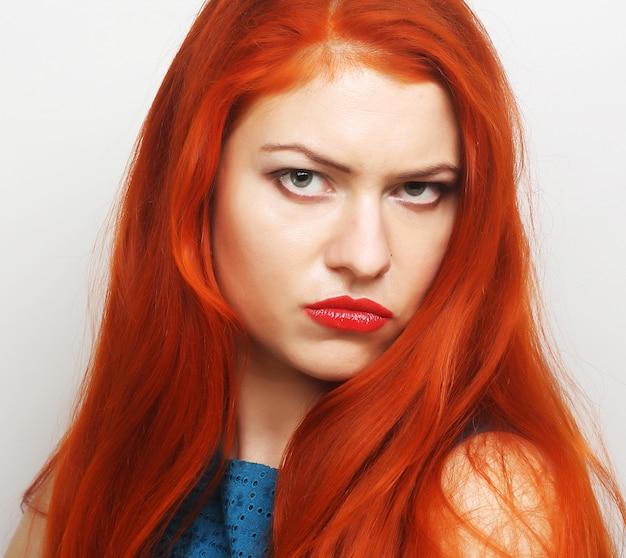 赤い髪の若い女性