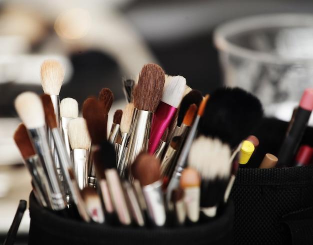Инструменты для макияжа в держателе