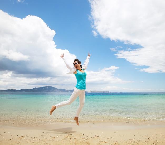 ビーチでジャンプ幸せな女の子