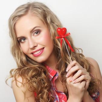 小さな赤いハートと幸せな金髪女
