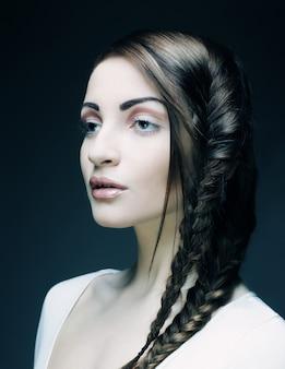 美しい若いブロンドの女性の肖像画
