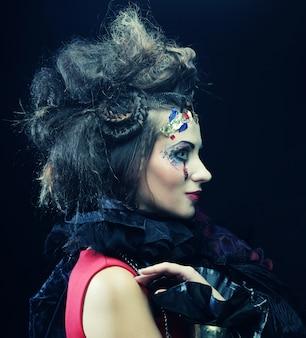 Женщина с художественным макияжем в синем дыме