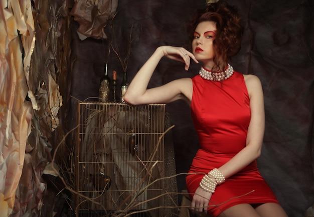 赤いドレスの若い女性