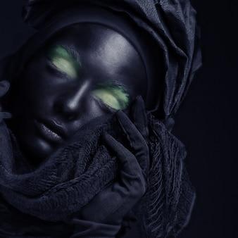 黒い顔のモデル。