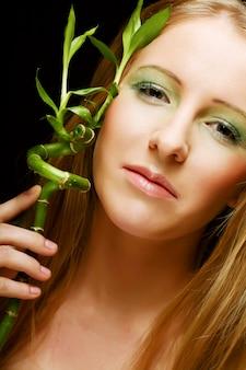 竹を持つ女性