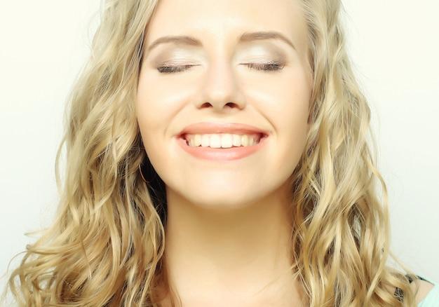 笑顔で笑っているブロンドの女の子