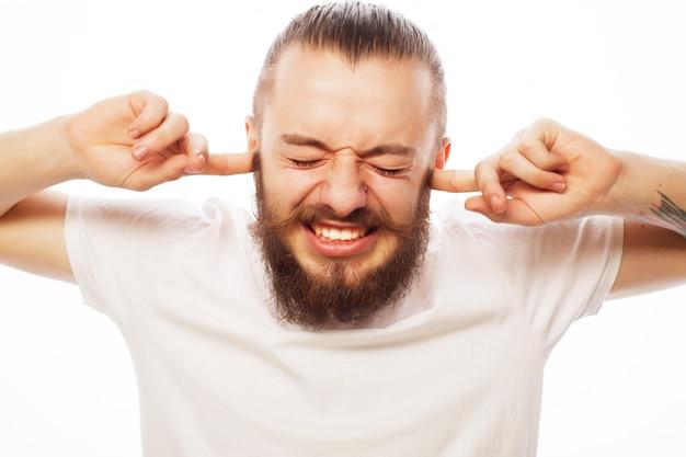 Разочарованный бородатый человек