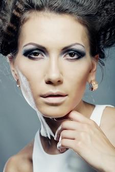 Элегантная женщина с роскошным макияжем и прической