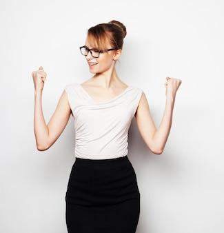 Успешная деловая женщина с поднятыми руками