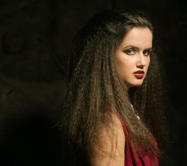 Молодая красивая дама с великолепными темными волосами