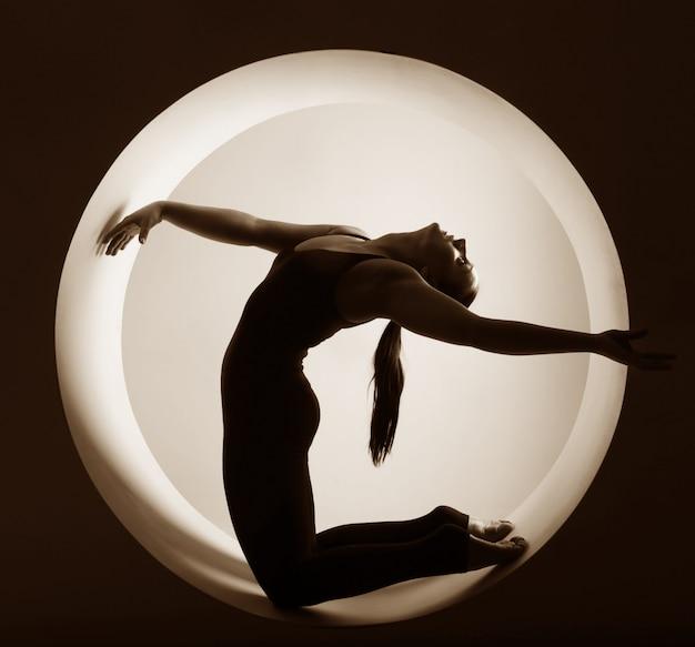 円の中の運動選手のシルエット
