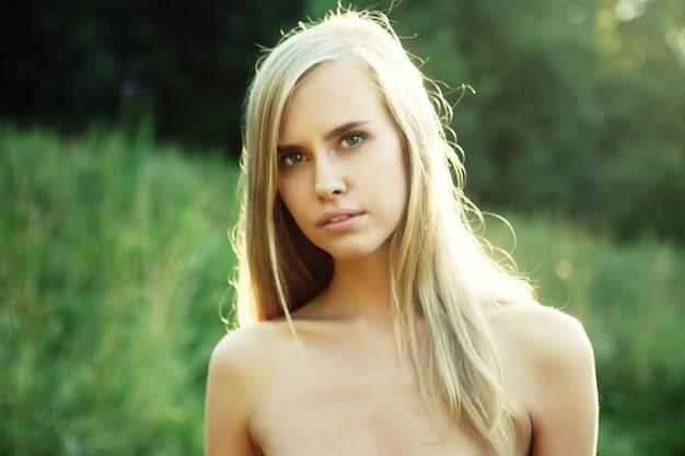 Красивая молодая женщина в летнем саду