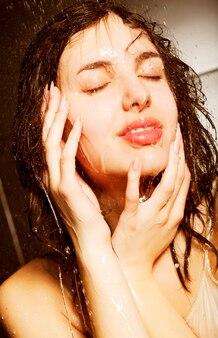 シャワーを浴びている女の子