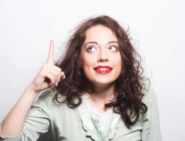 美しい若い驚いた巻き毛の女性。