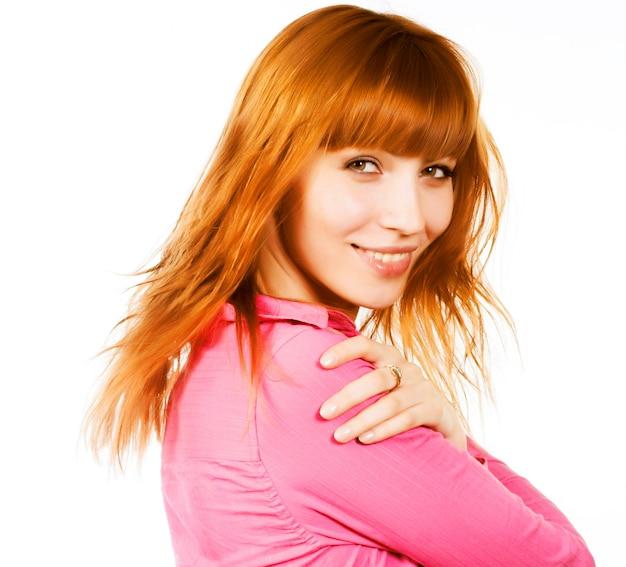 赤い髪の美しさ、若い女性