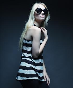 Модная блондинка модель носить солнцезащитные очки