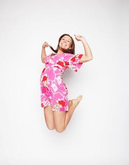 ピンクのドレスで美しい女性飛行少女