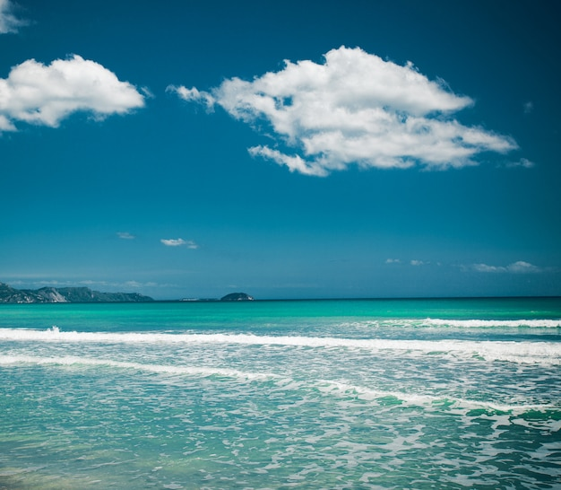 Пляж лето с облаками и голубым небом