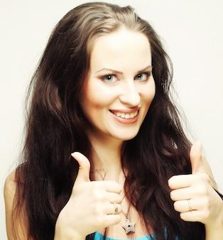 Счастливая женщина показывает палец вверх