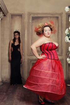 Две королевы в карнавальном платье. черный и красный